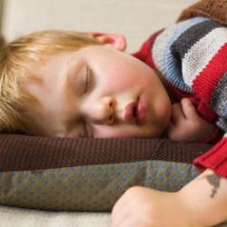 Dormir la siesta consolida el aprendizaje de los bebés, revela estudio