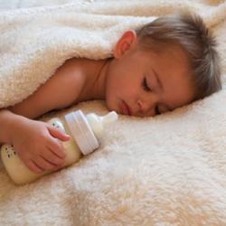 Bebés pueden desarrollar otitis media por mala posición de biberón