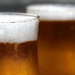 La cerveza hace más inteligentes a los hombres, asegura estudio
